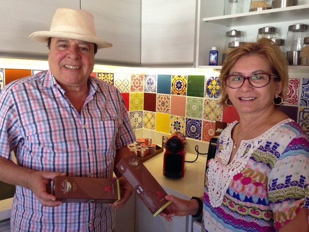 O produtor Márcio Jório e a mulher, Elisa Leite, com cápsulas de café orgânico (Foto: Gabriel Luiz/G1)