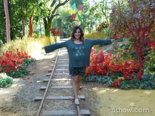 A cantora brinca na linha do trem da Vila Santa Fé (Foto: Meu Pedacinho de Chão / TV Globo)