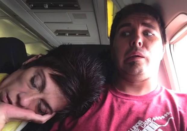 Steve Cullum registrou em vídeo momentos hilários durante um voo, quando uma passageira estranha se deitou sobre ele (Foto: YouTube/Reprodução/SteveCullumVideos)