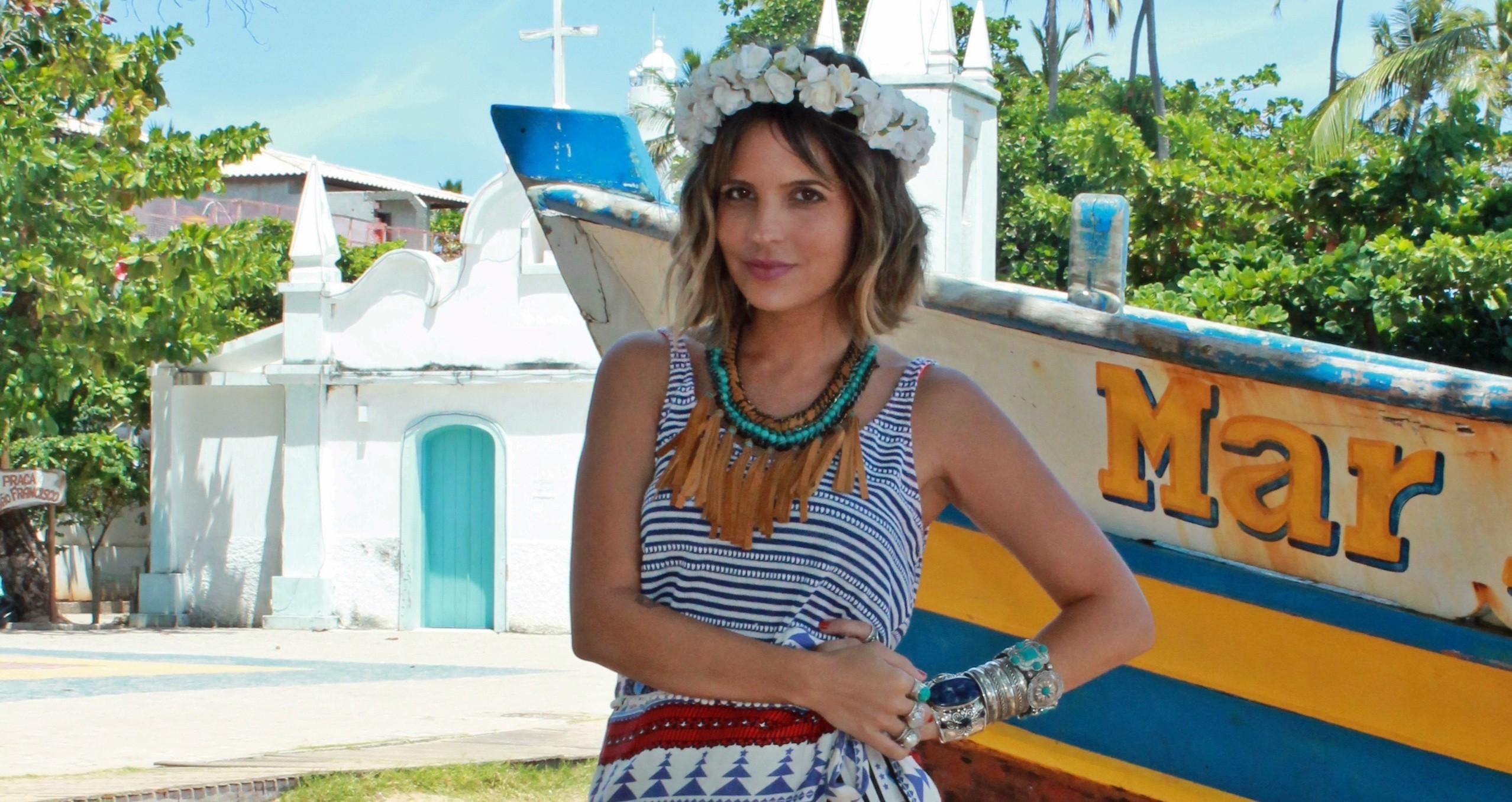 Paula Magalhães faz pose com a coroa de flores feita por Cecilia Gomez (Foto: Divulgação)
