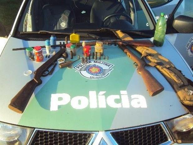 Armas, facas e celuares foram apreendidos por policia durante operação (Foto: Divulgação / Polícia Ambiental )