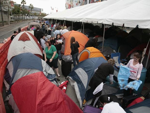 Fãs acampados em Los Angeles para ver estreia de novo filme de 'Crepúsculo' (Foto: Reuters/Jason Redmond)