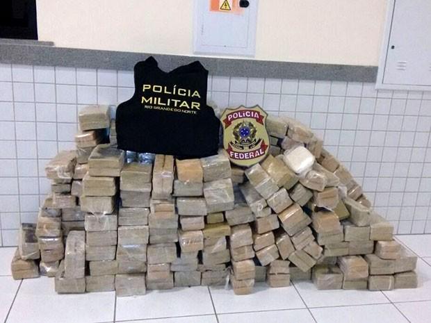 Droga apreendida foi encontrada embalada em tabletes (Foto: Divulgação/PM)