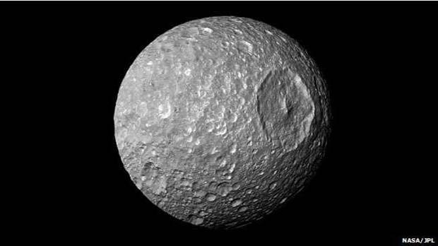 """Antes conhecida por parecer com a """"Estrela da Morte"""" de """"Guerra nas Estrelas"""", Mimas agora chama a atenção por poder conter um oceano subterrâneo (Foto: NASA/JPL)"""