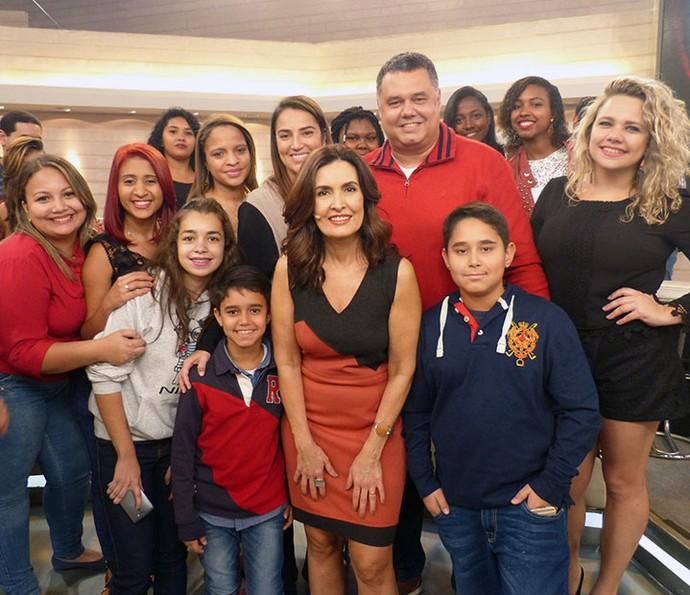 Fátima tira foto com a plateia do programa (Foto: Vinícius Cunha/Gshow)