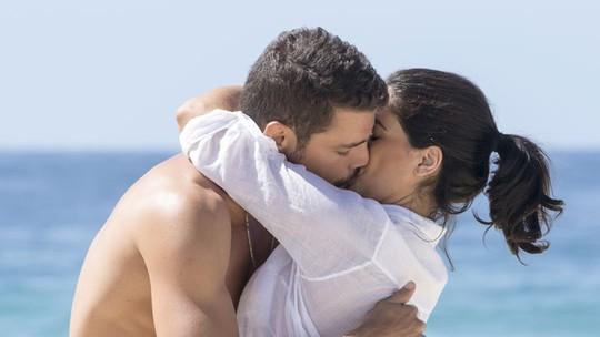 Vanessa Giácomo e Cauã Reymond gravam cena de beijaço em praia
