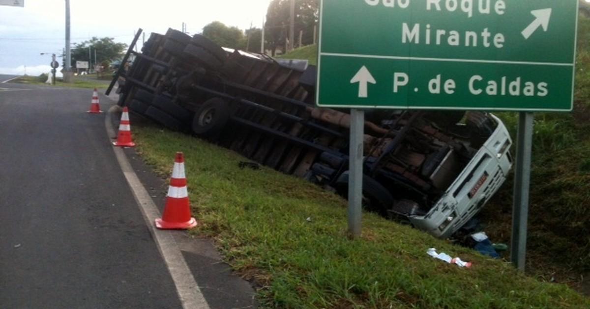 Motorista fratura a perna após perder freio e tombar caminhão na ... - Globo.com