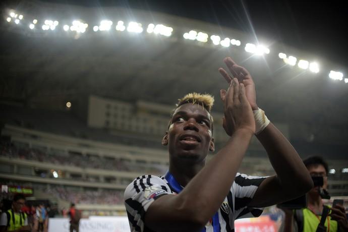 Pogba comemora título da Supercopa da Itália (Foto: JOHANNES EISELE / AFP)