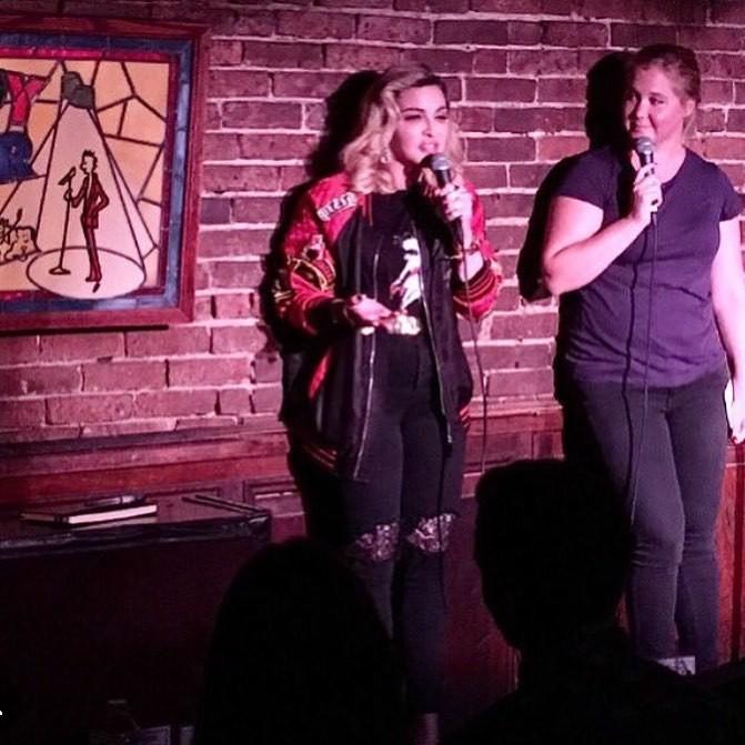Madonna e Amy Schumer no Comedy Cellar (Foto: Reprodução)