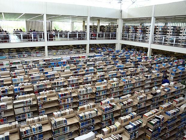 São mais de 300 mil obras catalogadas no sistema informatizado da Biblioteca da Unifor (Foto: Ares Soares/Unifor)