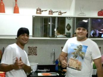 Yan e Herick fazem e servem sushis e hot rolls (Foto: Arquivo pessoal)
