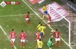 """Ex-camisa 1 do Barça """"caça borboletas"""" em lance por seu novo time (Reprodução)"""