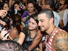 Felipe Titto causa euforia entre os fãs em feira de beleza em São Paulo