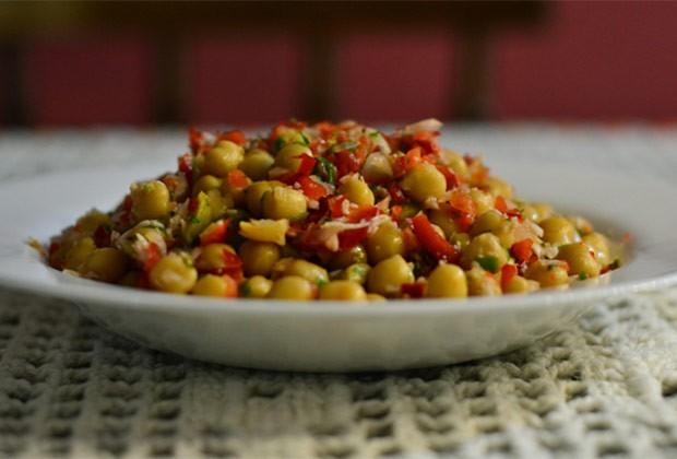 Salada de grão-de-bico colorida (Foto: Colheradas)