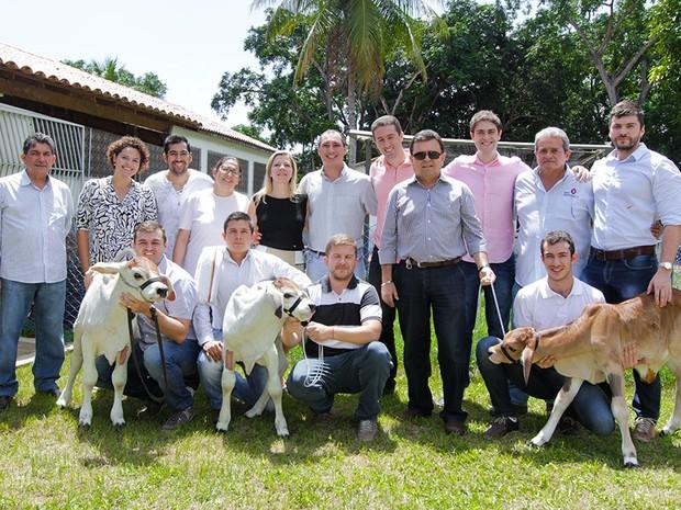 Equipe da Rede Nordeste de Biotecnologia (Renorbio) e Agropecuária Esperança, com os três bezerros clonados (Foto: Ares Soares/Unifor)