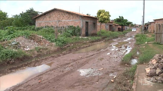 Lama impede moradores de transitar em bairro em Codó