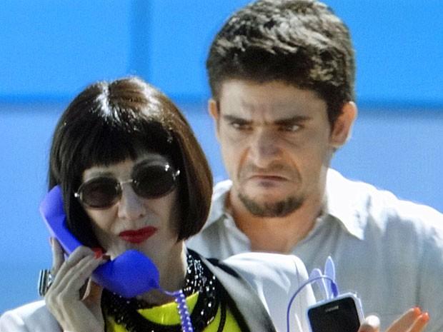 Zenóbio empurra Melissa para tentar colocar um fim em sua vida (Foto: Amor Eterno Amor/TV Globo)