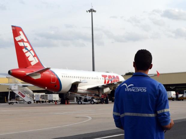 Operário Daniel Brito dos Santos observa avião no aeroporto de Viracopos (Foto: Leandro Filippi / G1)