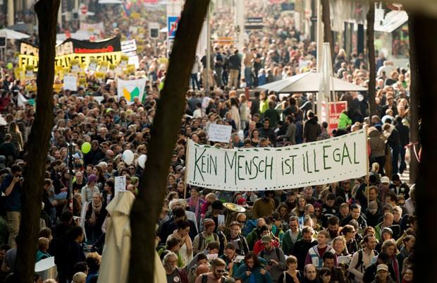 Centenas de pessoas foram às ruas de Viena, na Áustria, neste sábado (3) em uma manifestação de apoio aos migrantes e refugiados que têm chegado ao país e a outros Estados europeus recentemente (Foto: Christian Bruna/AP)