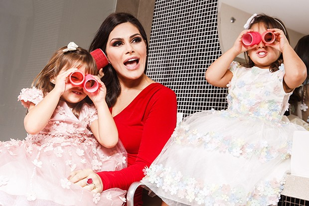 Natália Guimarães com as filhas, Maya e Kiara (Foto: Flare Fotografia/ Ed. Globo)