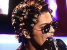 Oi?! Bruno Mars se apresenta com bobes no cabelo em programa de TV