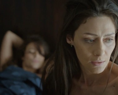 Marilia acorda ao lado de Paolla (Foto: TV Globo)