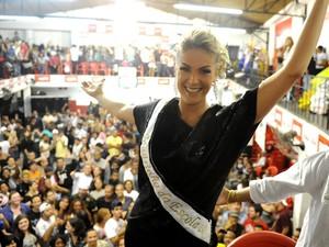 Ana Hickmann festeja título da Vai-Vai na quadra da escola (Foto: Raul Zito/G1)