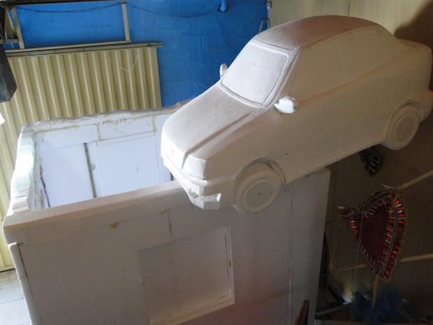 Réplica em finalização reproduz carro sobre destroços de uma casa no distrito de Bento Rodrigues (Foto: Flávia Cristini/G1)