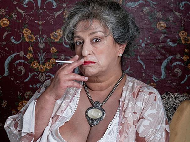 Grace Gianoukas em cena como Hortance (Foto: Divulgação/Priscila Prade)