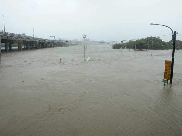 Parque inundado junto ao Rio Tamshui, em Taipei (Foto: Hsin Liu / Reuters)