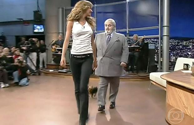 Gisele Bündchen desfila no 'Programa do Jô' em julho de 2000, acompanhada pelo apresentador e pela cachorrinha Vida (Foto: Reprodução/TV Globo)