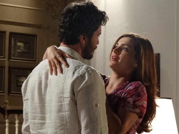 Elisa pede que Rodrigo não se zangue por ela querer dormir sozinha (Foto: Amor Eterno Amor/ TV Globo)