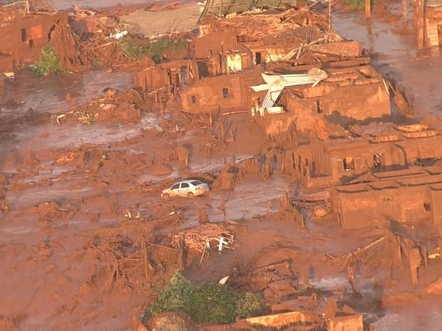 Distrito foi tomado pela lama após rompimento de barragens em Minas. (Foto: Reprodução/Globocop)