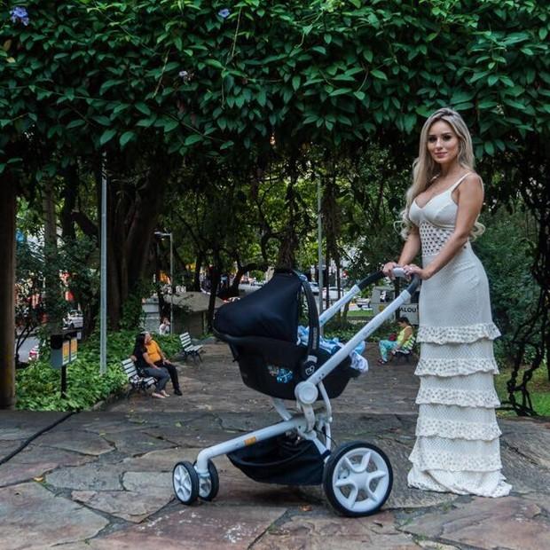Letícia Santiago com filho Miguel (Foto: João Couto)