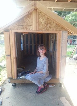 O primeiro dos abrigos feitos pela menina (Foto: Reprodução/Facebook)