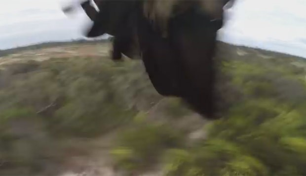 Drone caiu no chão, mas a câmera continuou filmando (Foto: Reprodução/YouTube/Melbourne Aerial Video)