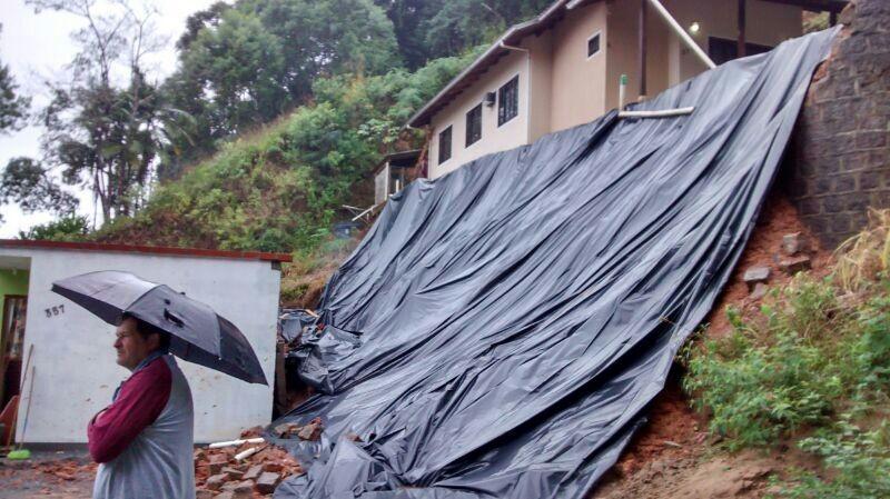 Queda de muro provocou a interdição de duas casas em Guaramirim (Foto: Antônio Edival Pereira/Defesa Civil)