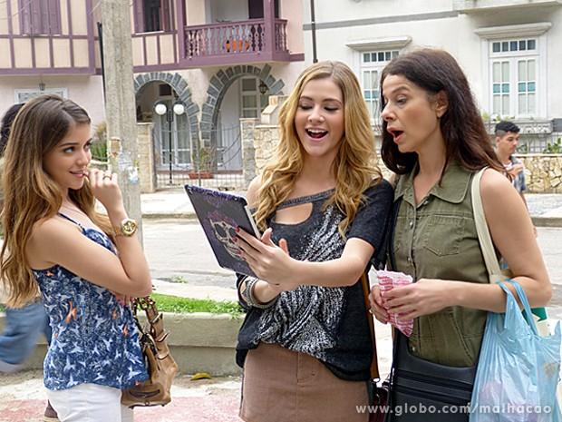 Sofia mostra foto da transformação que ela e Flaviana fizeram em Micaela para convencer mulher (Foto: Malhação / TV Globo)