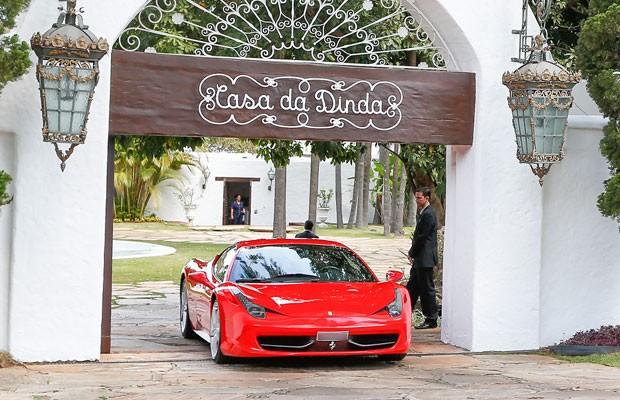 Ferrari do senador Fernando Collor de Mello (PTB-AL) é levada apreendida por agentes da PF da Casa da Dinda, residência do senador e antiga residência oficial da época que ele foi presidente, no Lago Norte, em Brasília (Foto: Pedro Ladeira/Folhapress)