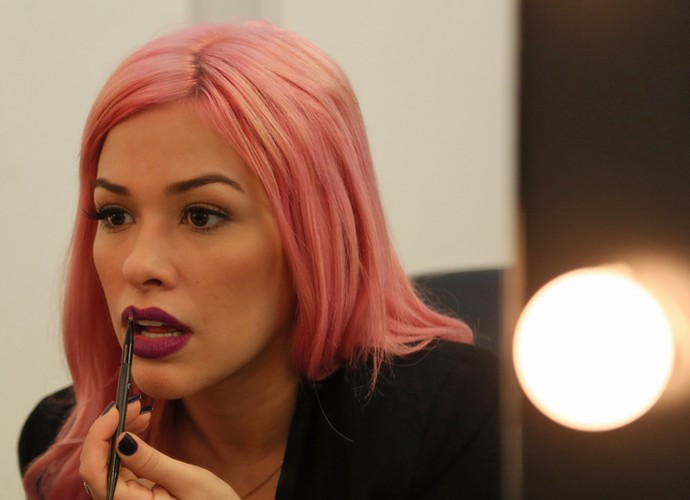 Nikki contorna boca com pincel (Foto: Isabella Pinheiro/Gshow)