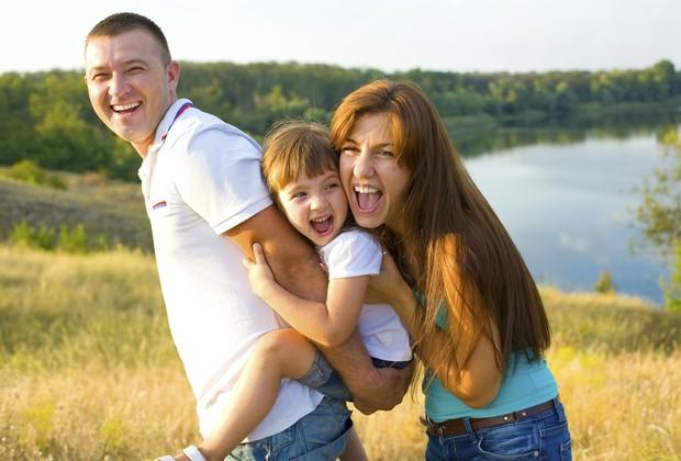 familia; mae; pai; brincadeira; diversao; parque (Foto: Thinkstock)