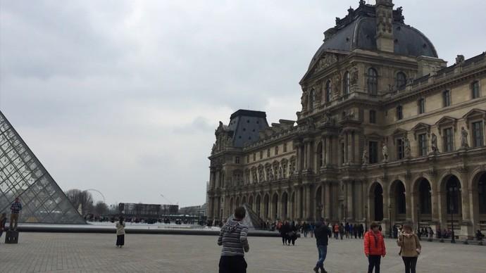 Museu do Louvre, em Paris, possui acervo com 35 mil obras de arte (Foto: TV Bahia)