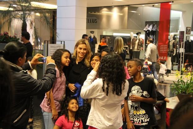 Carolina Dieckmann posa com fãs em shopping (Foto: Daniel Belmiro/Agnews)