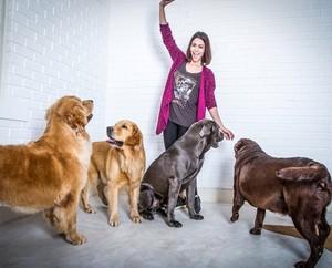 Carol e seus cães (Foto: Arquivo Pessoal)