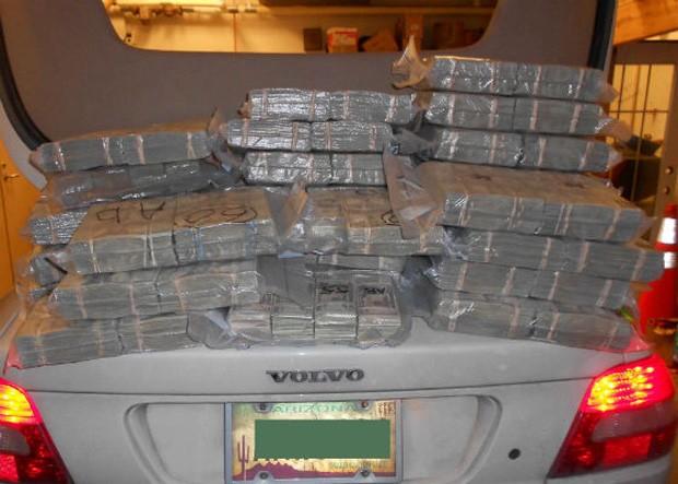Dinheiro foi encontrado no carro após inspeção de rotina (Foto: Divulgação)
