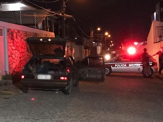 Uma das vítimas estava no banco de trás do carro e a outra no porta-malas (Foto: Walter Paparazzo/G1)