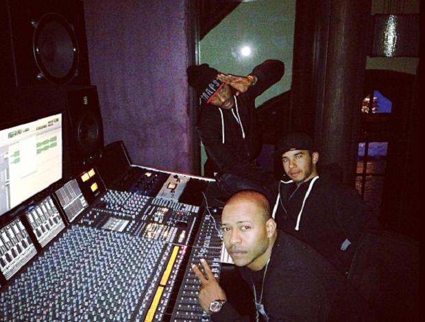 De férias da Fórmula 1, Lewis Hamilton se diverte em seu estúdio com os rappers Angel e Eric Bellinger (Foto: Reprodução Instagram)