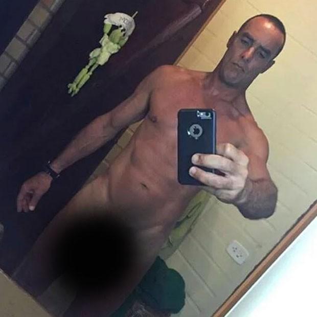 Paulo Zulu posa nu para selfie (Foto: Instagram/ Reprodução)