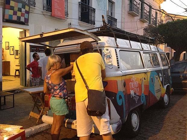 Poeta mineiro Guilherme Salgado, anda com uma Kombi pelo país para espalhar a literatura e está em Cachoeira (Foto: Juliana Almirante/ G1 BA)
