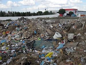 Antigo campo de futebol agora abriga lixo orgânico e metralhas (Foto: Plínio Almeida/TV Paraíba)
